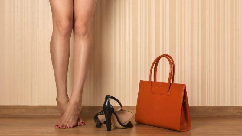 Трябва ли чантата да си отива с обувките?